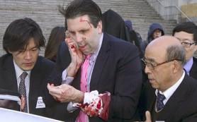 В Южной Корее мужчина напал на посла США: порезал ему лицо и руки