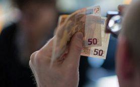 Граждане стран ЕС не торопятся сдавать валюту
