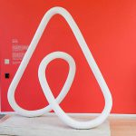 Airbnb наказал владелицу жилья за расистские высказывания